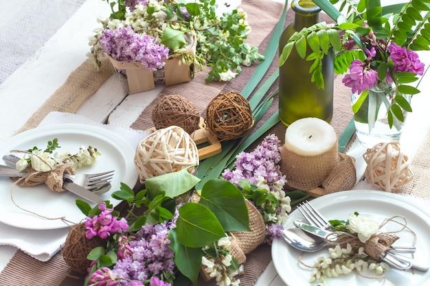Table Magnifiquement Décorée Pour Les Vacances Avec Des Couverts Modernes, Un Arc, Un Verre, Une Bougie Et Un Cadeau Photo gratuit