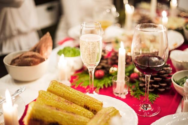 Table magnifiquement servie pour le dîner de noël Photo gratuit