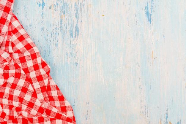 Table à Manger En Bois. Tissu à Carreaux. Serviette à Carreaux Rouge Sur La Table De La Cuisine. Table De Cuisine En Bois Bleu. Photo Premium