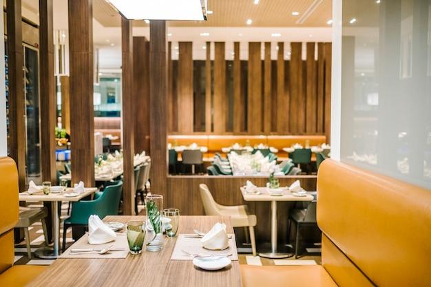 Table à manger dans un hôtel de luxe Photo gratuit