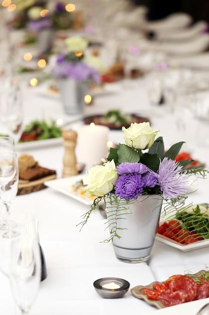 Table à manger lors d'une fête Photo gratuit