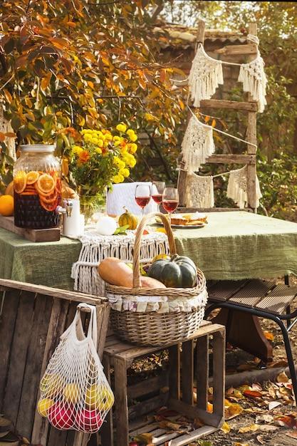Table à Manger Pour Des Vacances En Famille Dans L'arrière-cour à L'automne. Photo Premium