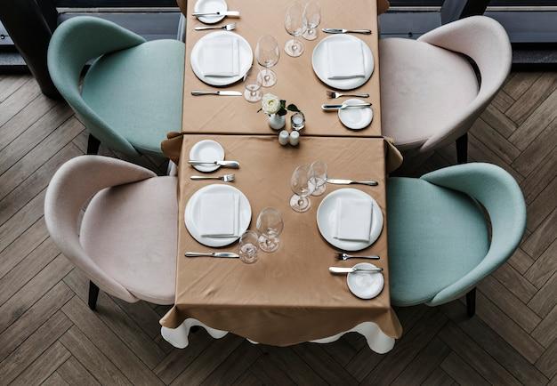 Table à manger vide dans un restaurant Photo gratuit