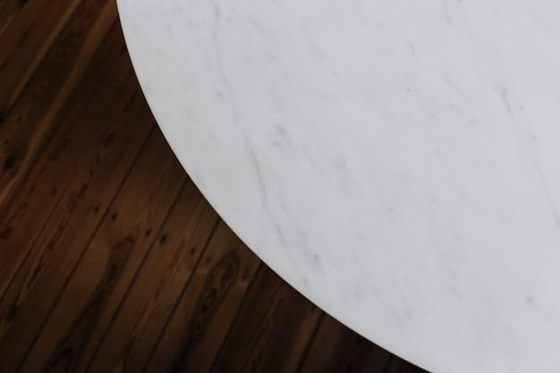 Table en marbre blanc et plancher en bois Photo gratuit