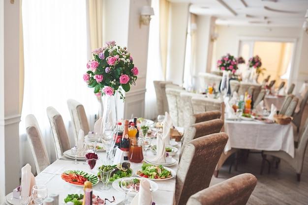 Table De Mariage Décorée De Compositions Florales Photo gratuit
