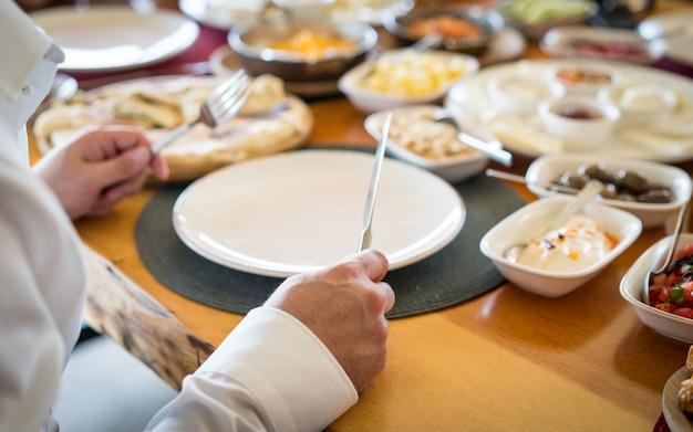 Table de mariage de luxe alimentaire à l'hôtel ou au restaurant Photo Premium