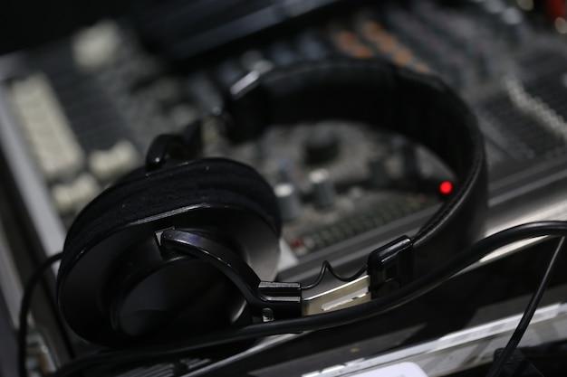 Table de mixage sonore et casque Photo Premium