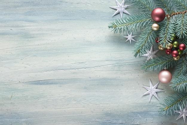 Table de noël: coin décoré de brindilles de sapin, de baies et de boules de noël Photo Premium
