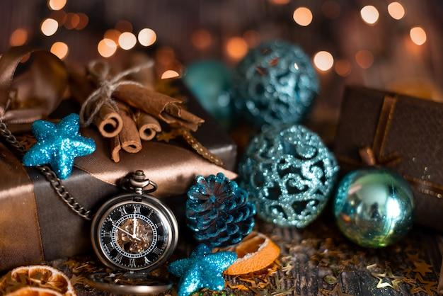 Table De Noël Avec Sapin De Noël Décoré Et Guirlandes. Photo Premium