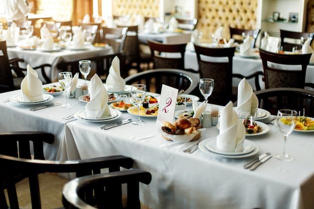 Table Avec Nourriture Et Boisson Photo Premium