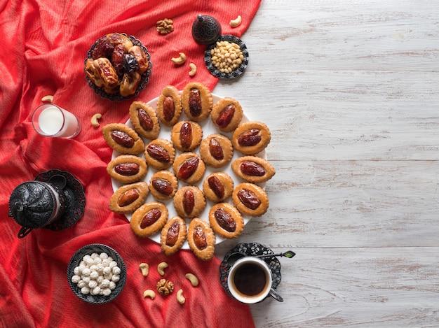 Table De Nourriture Du Ramadan. Bonbons Dates Eid Sur Une Table En Bois Blanc Photo Premium