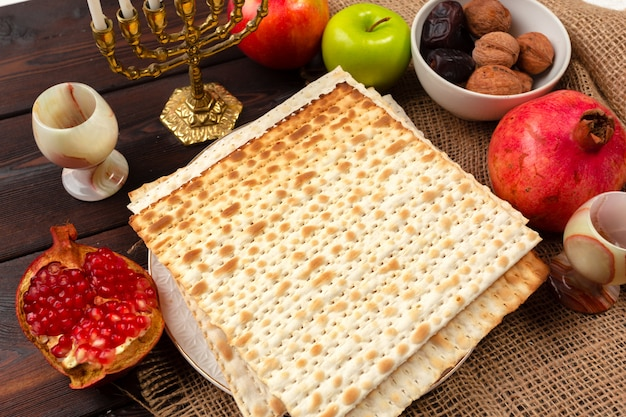 Table de pâque avec vin, fête du mariage juif Photo Premium