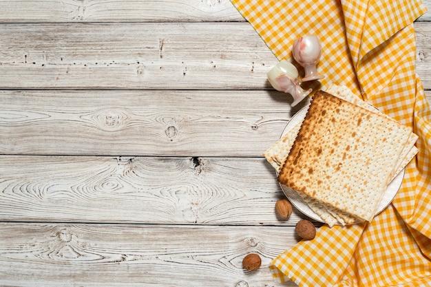 Table de pâques avec vin, matzo sur bois Photo Premium