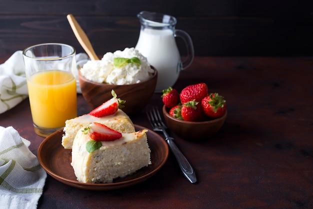 Table de petit déjeuner avec des ingrédients sains et savoureux. Photo Premium