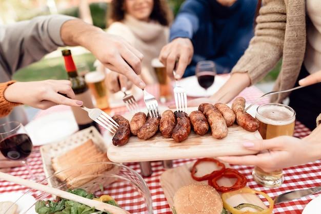 Table de pique-nique avec saucisses et viande à la viande et aux légumes. Photo Premium