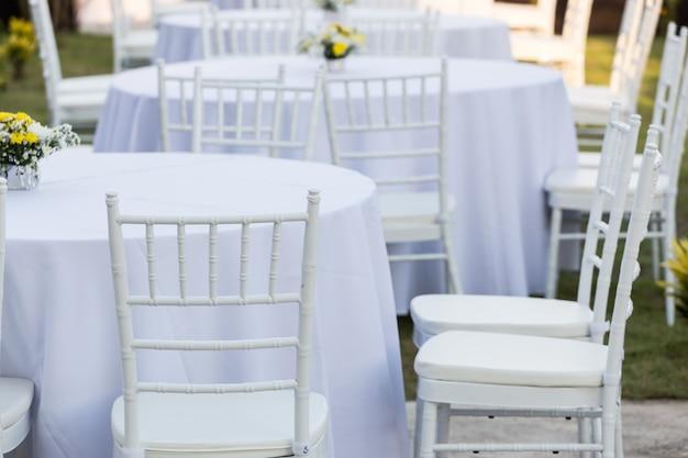 Table en plein air à la réception de mariage Photo Premium