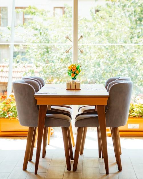 Table Pour Quatre Personnes Devant La Fenêtre Du Restaurant Photo gratuit