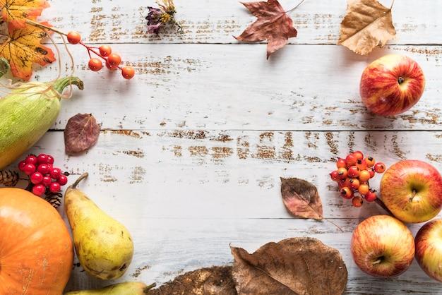 Table avec récolte de baies et de fruits Photo gratuit