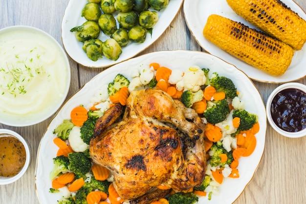 Table recouverte de purée de poulet et de pommes de terre au four Photo gratuit