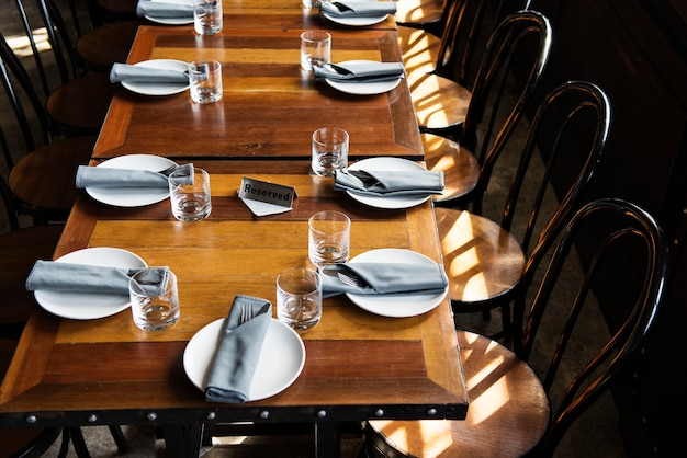 Table réservée au restaurant Photo gratuit