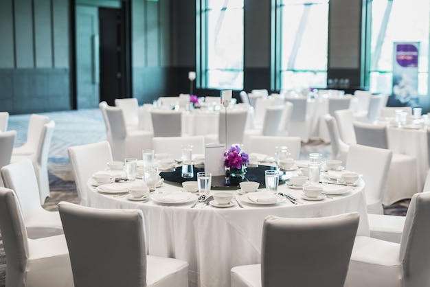 Table ronde blanche servie au restaurant Photo Premium