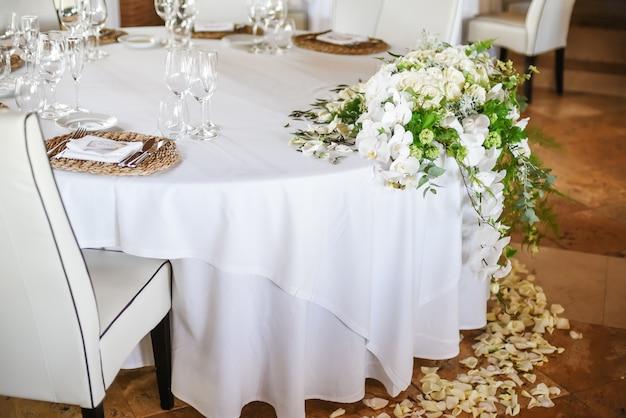 Table ronde de restaurant décorée pour la célébration du mariage Photo Premium