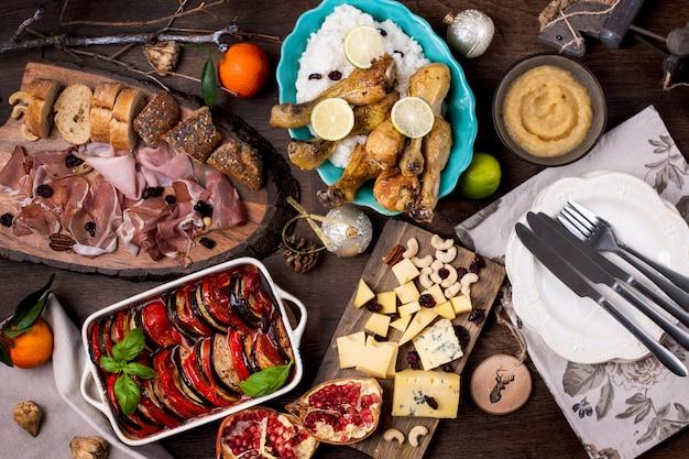 Table servie avec différents plats et collations. Photo Premium
