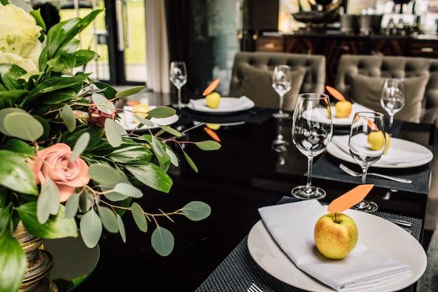 Table Servie Pour Le Dîner De Noël Dans Le Salon, Vue Rapprochée Photo Premium