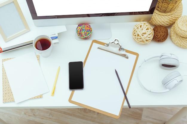 Table de travail avec ordinateur Photo Premium