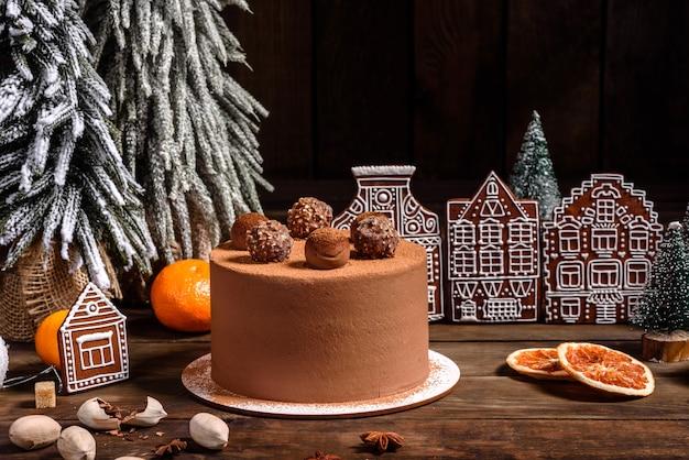 Table De Vacances De Noël Avec Un Délicieux Gâteau Aux Truffes Et De Beaux Pains D'épices. Ambiance Festive La Veille De Noël Photo Premium