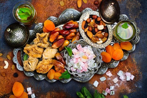 Table de vacances ramadan kareem Photo Premium