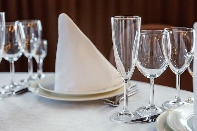 Table avec verres et serviettes de table servis pour le dîner au restaurant Photo Premium