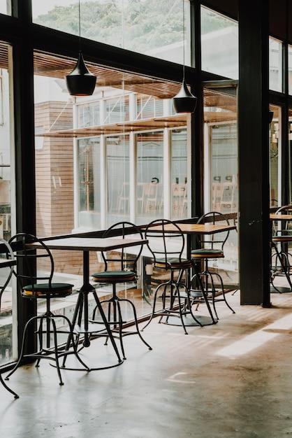 Table vide et chaise au restaurant et café Photo Premium