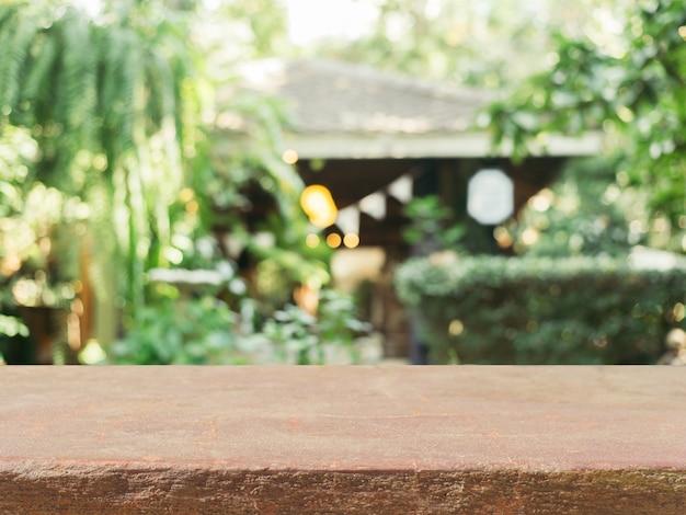 Table Vide En Pierre Devant L'arrière-plan Flou Photo gratuit