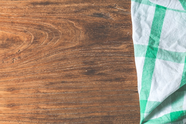 Table vide recouvert de nappe sur fond de mur de ciment brun, Photo gratuit