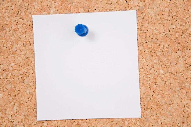 Tableau D'affichage Du Liège Avec Un Papier En Blanc Photo Premium