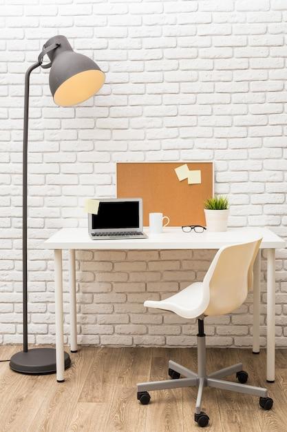 Tableau d'affichage en liège sur mur de briques blanches Photo Premium