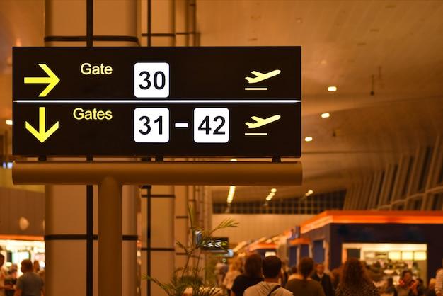 Tableau d'affichage numérique avec les panneaux de la passerelle de l'aéroport Photo Premium