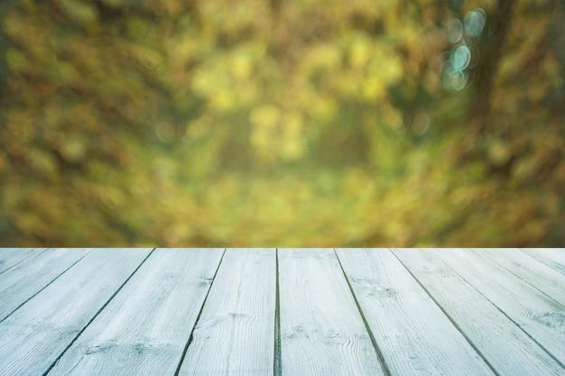 Tableau bleu sur fond vert flou, printemps - peut être utilisé pour afficher Photo Premium