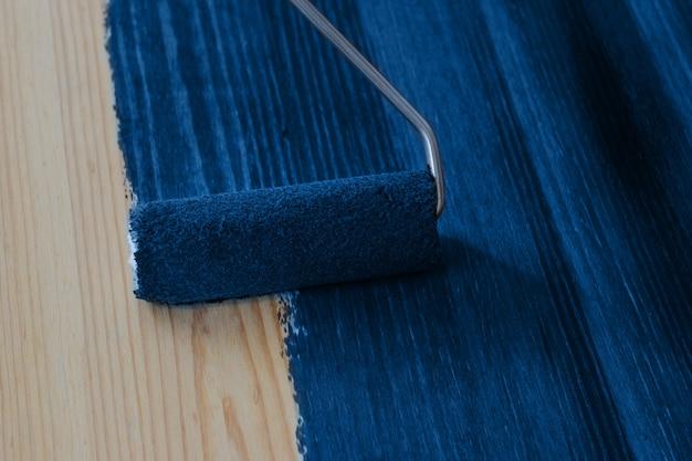 Tableau En Bois Avec Brosse à Rouleau De Couleur Bleu Classique Photo Premium