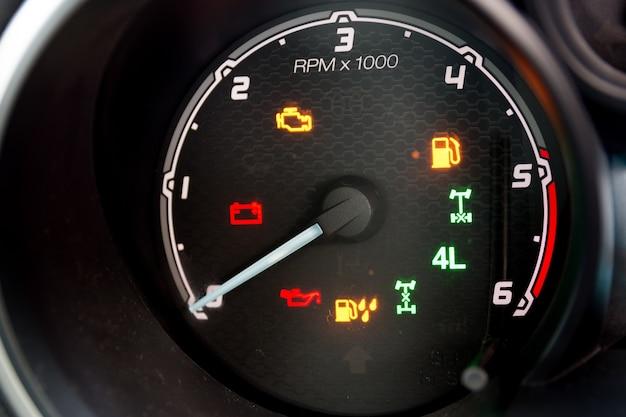 Tableau de bord et tachymètre d'une automobile moderne à hautes performances. Photo Premium