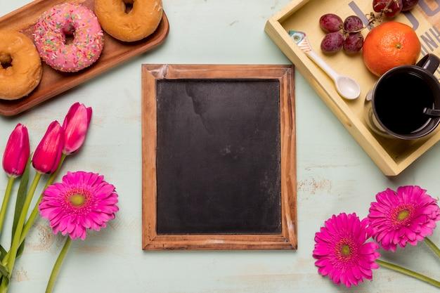 Tableau cadre avec fleurs et set de petit-déjeuner Photo gratuit