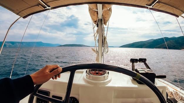 Tableau De Commande Du Navire Avec Volant Sur La Passerelle Du Capitaine Photo gratuit