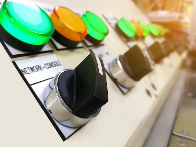 Tableau de commande equipement électrique interrupteur principal commande disjoncteur électrique dans armoire Photo Premium