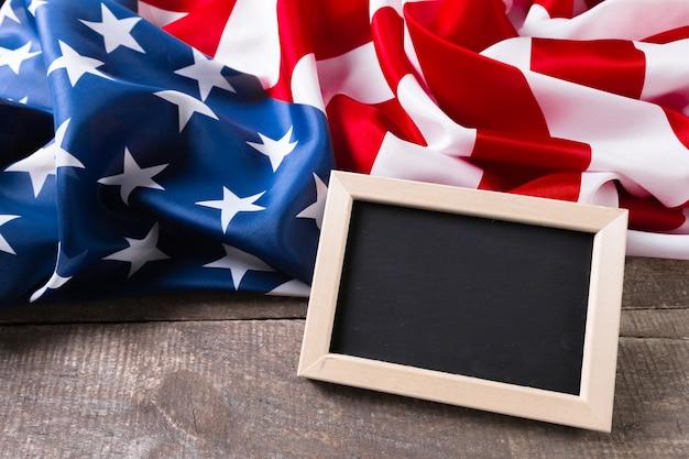 Tableau de craie vierge avec drapeau américain Photo Premium