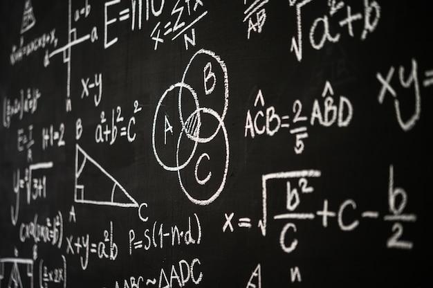 Tableau écrit Avec Des Formules Scientifiques Et Des Calculs Photo gratuit