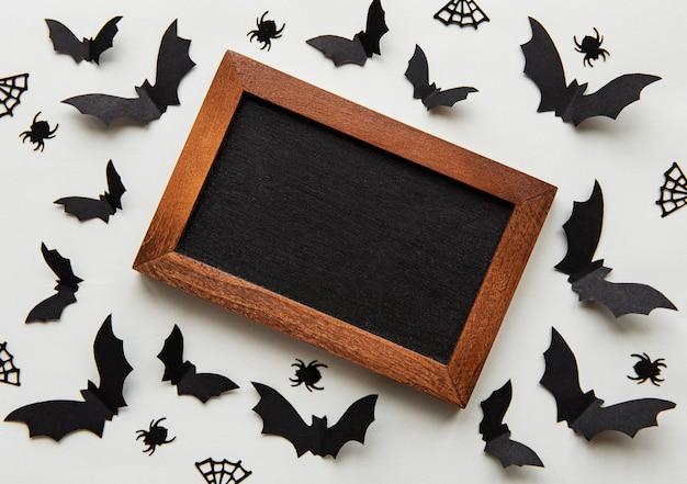 Tableau entouré de chauves-souris en papier Photo Premium