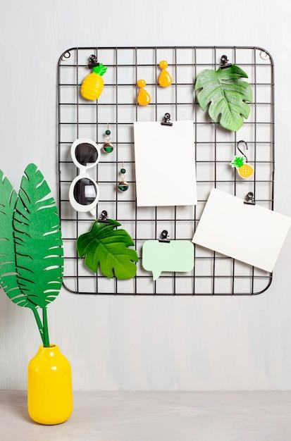Tableau de grille de fil avec des accessoires et des cartes pour filles pour des citations inspirantes. Photo Premium