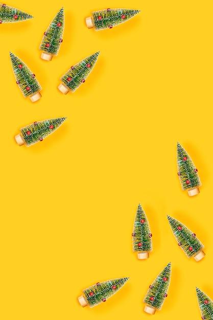 Tableau Jaune Avec Des Arbres De Noël. Photo Premium