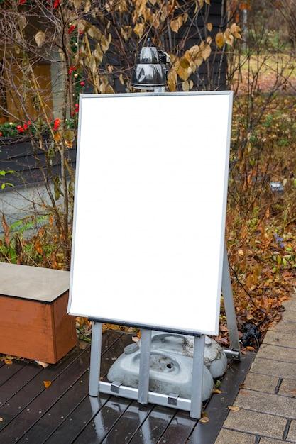Tableau de menu vide sur le trottoir avec un espace pour le texte Photo Premium